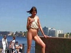 Sexy de de Lilu montre le con rasée publique
