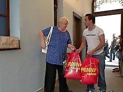 Alte Oma will einer jungen Kerl