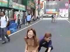 Chica asiática se masturba al aire libre