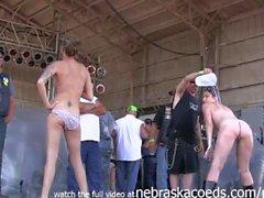 Heiße Mädchen bekommen Buck fucking nackt an der abate von iowa Biker-Rallye