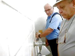 papà in cerca di azione nella una toilette pubblica