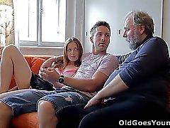 Sveta y su hombre están poniendo casualmente alrededor de su vida