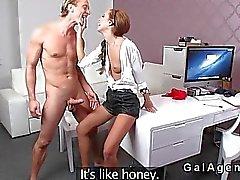 Kvinnliga agenten dunkar blonda model av kontoret