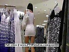 Prettige Prachtige vrouw in een openbare winkel