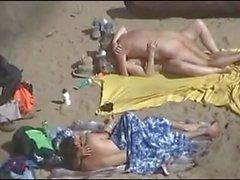 Zwei Paar am Strand