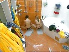 Twee meisjes masturberen in het Tsjechisch Big Brother onder douche