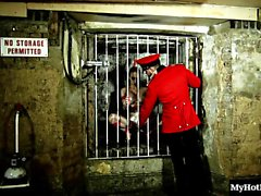 Chessie Kay es payaso en caliente que está a la cárcel. Ella se aspira un