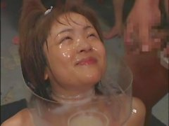 Verblüffende japanische Puppe in abspritzen in Gruppe Sex verschmiert