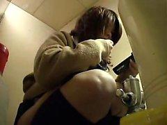 Filmes escondidos da câmera As estudantes asiáticas que fazem exame de um xixi no b