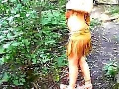 Mädchen gekleidet als ein indisch saugt Hahn im Wald