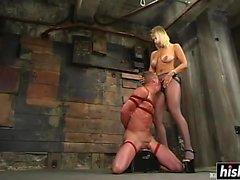 Babe loira faz dele seu escravo