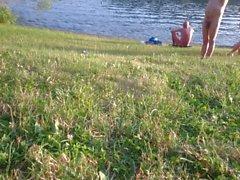 Riesige reife FKK Titten Truppe auf dem Wasser