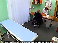 De negócios amadora elegante no de escritório documentos de