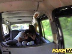 Поддельные такси высокие испанские красоты трахают ее BF в спине
