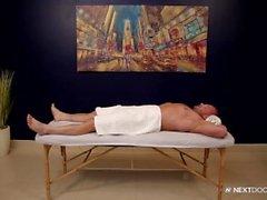 NextDoorStudios Cute Muscle Man scopa il massaggiatore sul lettino da massaggio