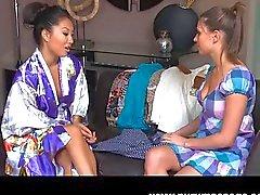 Asa Akira massagem lésbica