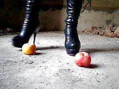 Triturar con botas de tacón alto