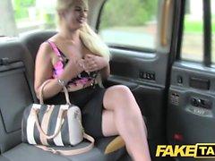 Поддельное такси Пышная блондинка с огромными сиськами и большой задницей