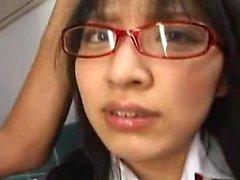 Estudante Oriental Kinky com óculos tem uma paixão por pi