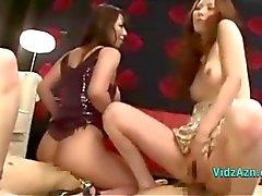 4 Aziatische meisjes rijden op 2 jongens Gezichten en hanen op het tapijt In The Sitting Roo