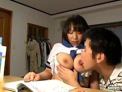 Tettona giapponese che mostra grandi tette