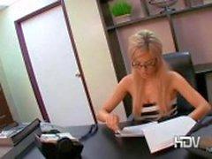 Sexy loira secretário Victoria White brincando com sua buceta e dando um golpe de emprego no escritório