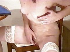 MILF nue montre la chatte avec selfie