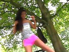 Ébano adolescente viejo de Vivien reúne Hugo en el parque y no puedo s