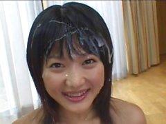 Schöne japanische Babe wird in cum von einem Gangbang beschmiert