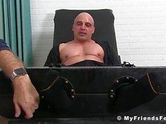 Baldhunk genießt ist Füße und Körper kitzeln von einem älteren Kerl