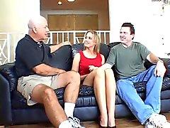 El marido mira como macizos musculosos se carneros el coño de esposa sobre un sofá