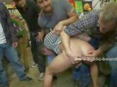 Homoseksuele man wordt betrapt stelen van een fruit staan en wordt geneukt door mannen met grote lullen
