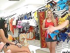bionda in bikini a a tenuta convinzione a farsi scopare di contanti