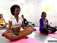 Pechugón Persia Pele seduce a su estudiantil yoga