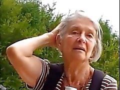För teaser - Granny i parken