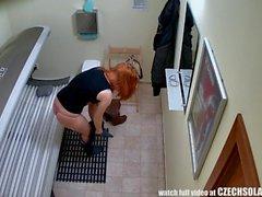 Redhead Teen avec Chat étanche Idéalement rasée