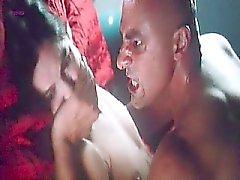 Hélène Anaya a nue vue au de diverses scènes dont deux de sexe