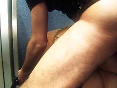 Sexe femmes souffrant de la faim se font défoncer par un gros morceau dans un ascenseur