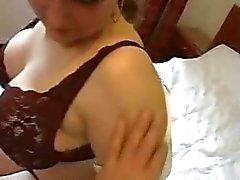 Ménage aux seins énormes profitant attention d'un client