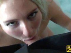 Submissa british slut Kaz fez para esguichar