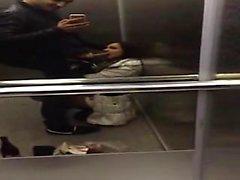 Freundin schlucken cum in den Aufzug
