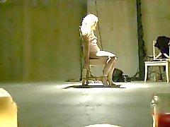 Blonde ataron a una silla azotados shock y Toyed