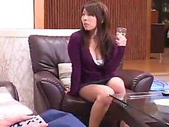 chica sensual de Asia con las piernas atractivas y un perfecto culo seduce