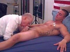 Hungriger Papa verschlingt gerade marine Junge