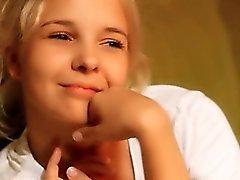 18yo masum bir Teenie sürtme delikli