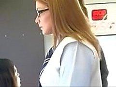 Schülerin tastete in Bus
