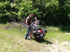 Симпатичная подростков подъезжает на мотоцикле со байкер и шероховатый