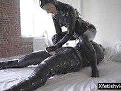 Heißer Pornostar Latex mit Cumshot