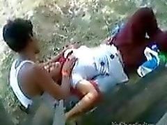 Indisch Meisje laat haar minnaar te spelen met haar tieten in een Park