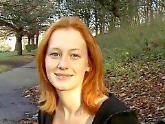 Seksikäs Punainen BritTeen Alana Smithin valo vilkkuu puisto